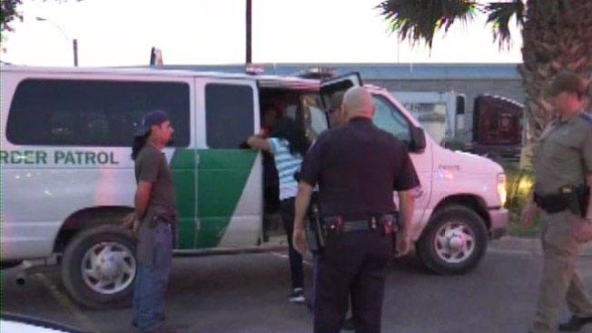 Encuentran inmigrantes sobre techo de tráiler