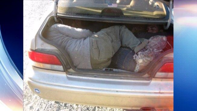 Hallan a indocumentados en cajuela de vehículo