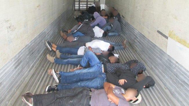 Hallan 20 inmigrantes encerrados en camión