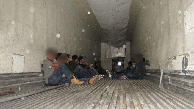 Hallan 17 inmigrantes encerrados en un tráiler