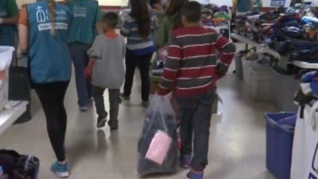 Familias y mujeres embarazadas cruzan la frontera