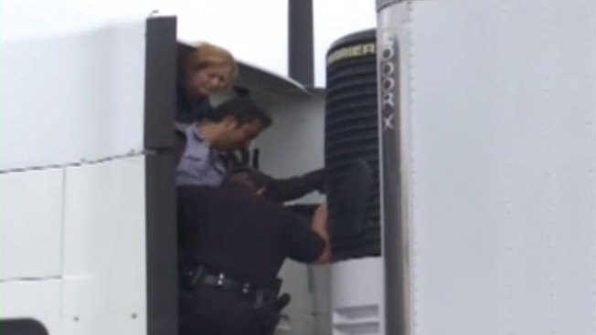 Inmigrantes aprovechan descuidos para subir a camiones