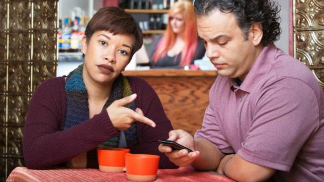 Tu relación de pareja... ¿dañada por el celular?