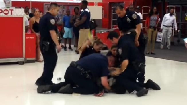 Aparece video de otra presunta paliza policial