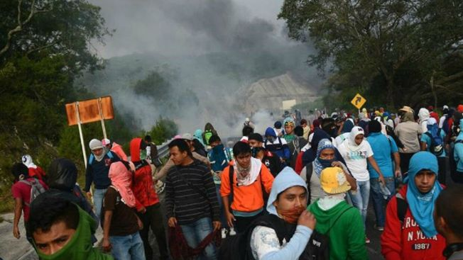 Violencia incendia protestas por Ayotzinapa