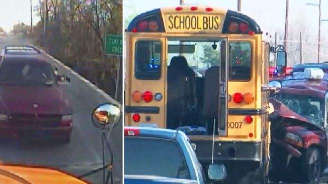 En video: choque frontal de bus escolar y SUV