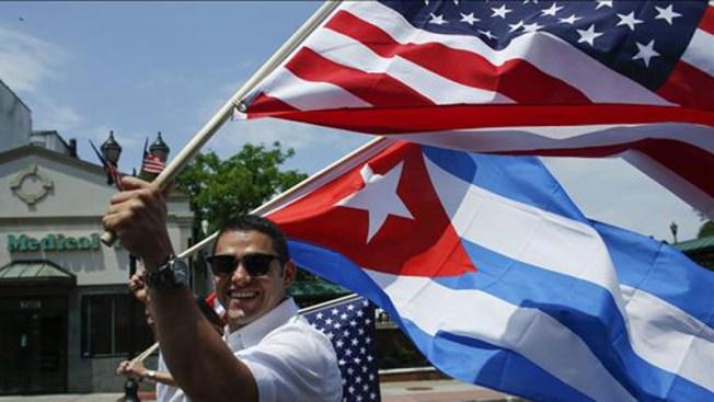 Protesta contra banco que abrió cuenta a Cuba