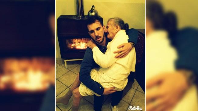Foto de joven con abuela toca el corazón de miles
