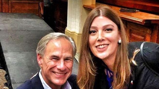 Mujer transgénero posa con el Gobernador de Texas — Foto viral