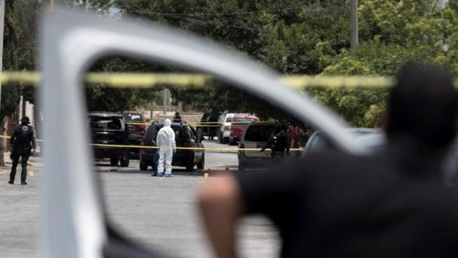 Abandonan ocho cuerpos en una camioneta