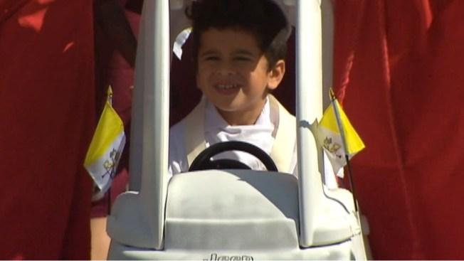 MiniFrancisco recrea la caravana papal