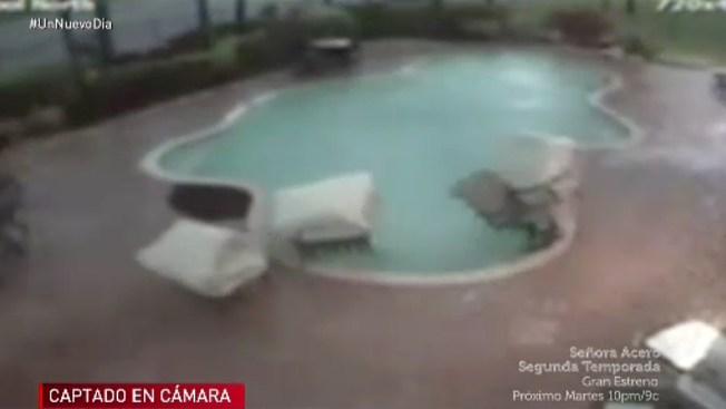 En video: tormenta llena piscina de muebles