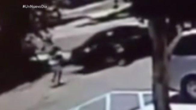 Video: hermanitas se lanzan de un auto robado