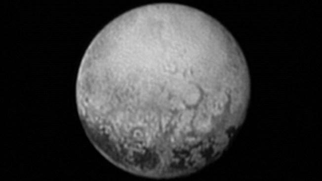 Extrañas manchas se ven en superficie de Plutón