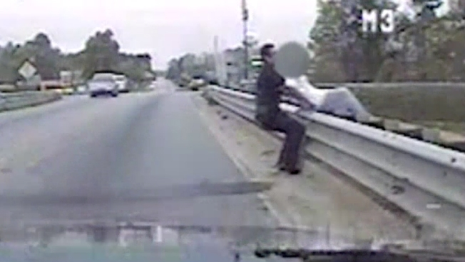Captado en cámara: policía impide suicidio