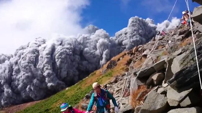 Japón: Erupción de volcán deja heridos graves