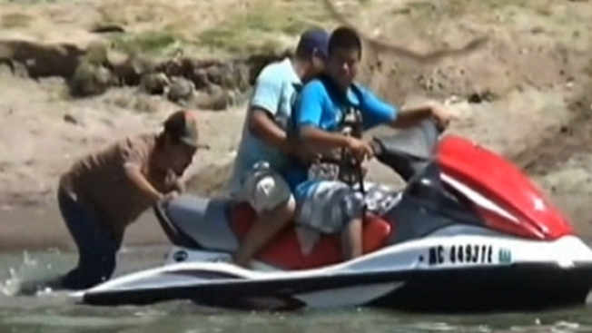 Inmigrantes cruzan el Río Bravo en jet ski
