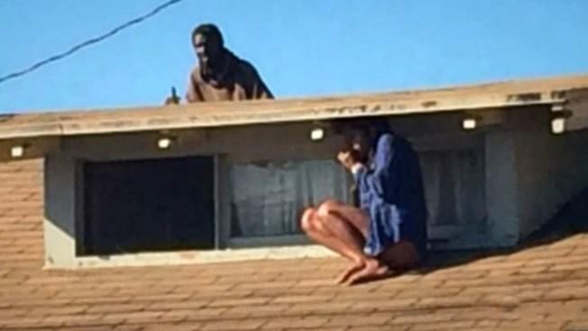 Mujer aterrada se esconde de invasor