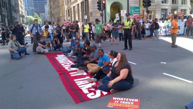 100 detenidos en protesta salarial masiva