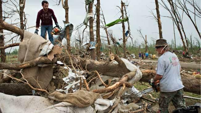 Crece número de muertos tras tornados