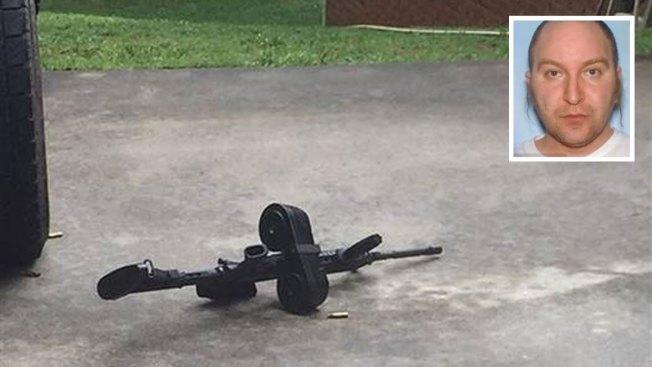 Hombre armado mata a dos y hiere a sus padres