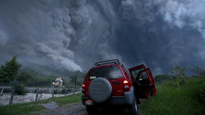 Volcán deja en tinieblas a varios pueblos