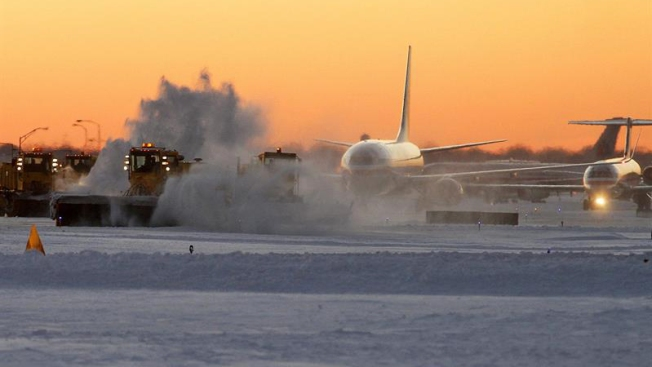 Miles de vuelos cancelados y retrasados por tormenta invernal en EEUU