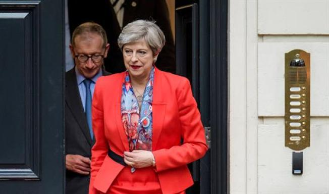 Theresa May comunicará a Isabel II que formará Gobierno