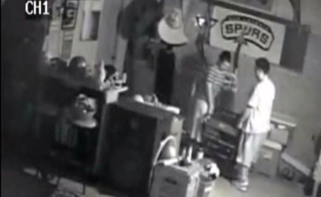 Jóvenes grabados mientras roban