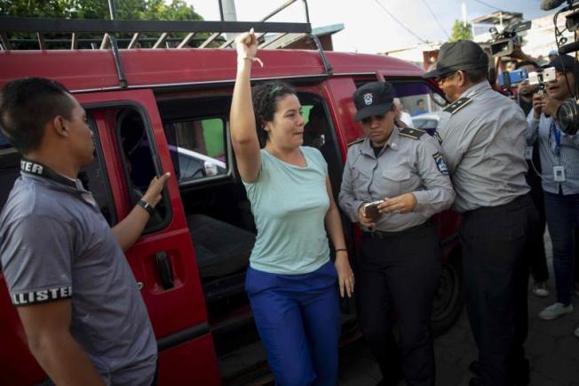 Nicaragua: la oposición se retira de la mesa de negociación y Ortega excarcela a 100 presos
