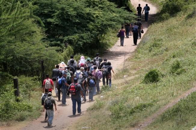 Rescatan a 218 migrantes en su paso a EE.UU
