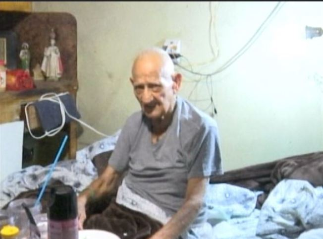 Anciano vive en condiciones deplorables