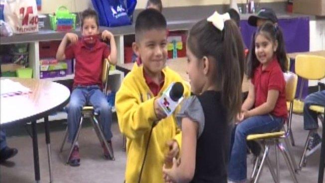 Niños aprenden qué se necesita para ser reportero de TV