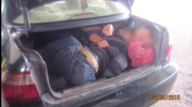 Encuentran a indocumentados en cajuela de auto